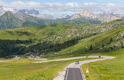 Una strada nelle dolomia, Italia della montagna di bobina. Immagine Stock