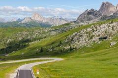 Una strada nelle dolomia, Italia della montagna di bobina. Fotografie Stock Libere da Diritti