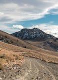Una strada non asfaltata d'avvolgimento nelle montagne bianche fotografia stock