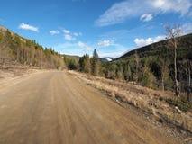 Una strada non asfaltata lunga nelle montagne di Colorado immagine stock