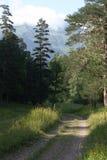 Una strada ountry del  di Ñ con una catena montuosa coperta di nuvole Immagine Stock
