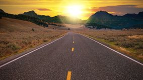 Una strada principale a due corsie che conduce ad un nuovo giorno fresco fotografia stock