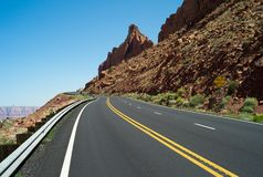 Una strada sola in Arizona, U.S.A. immagini stock