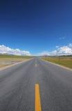 Una strada sotto il cielo blu Fotografia Stock