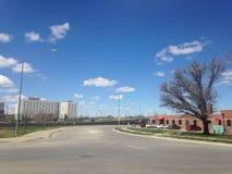Una strada sotto il cielo blu Immagini Stock Libere da Diritti