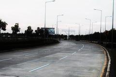 Una strada su una strada principale ha cliccato sopra un giorno nuvoloso con alto contrasto fotografie stock