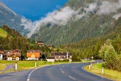 Una strada vuota della curva in alpi Fotografia Stock Libera da Diritti