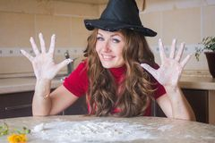 Una strega divertente sta preparando un rito immagini stock libere da diritti