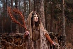 Una strega in stracci evoca in foresta fotografie stock libere da diritti