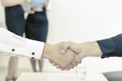 Una stretta di mano di due uomini d'affari Immagine Stock