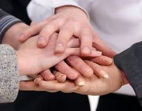 Una stretta di mano fra cinque persone di affari Fotografia Stock
