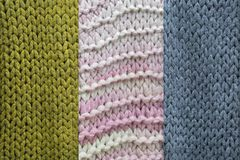 Una struttura del tessuto tricottato della lana, verde, rosa di tre esempi, blu fotografia stock