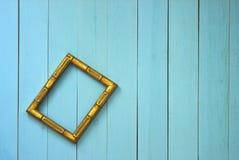 Una struttura dorata vuota appende obliquamente su una parete della plancia fotografia stock libera da diritti