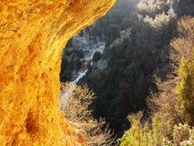 Una struttura rocciosa gialla naturale che rivela una cascata nel Libano Immagine Stock Libera da Diritti