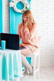 Una studentessa che lavora con il computer portatile Free lance della ragazza con un computer in un interno della casa Il comprat Fotografia Stock