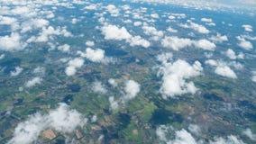 Una suavidad se nubla los flotadores sobre la tierra Imagen de archivo