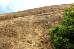 Una superficie della collina con il cielo del complesso sittanavasal del tempio della caverna fotografie stock libere da diritti