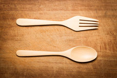 Una superficie di legno secca con un cucchiaio e una forchetta di legno Immagine Stock Libera da Diritti