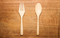 Una superficie di legno secca con un cucchiaio e una forchetta di legno Immagine Stock