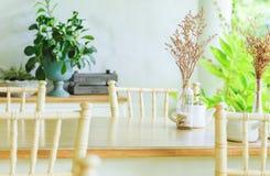 Una Tabella e una sedia nella caffetteria fotografia stock libera da diritti