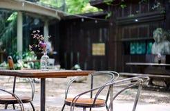 Una Tabella e una sedia sono all'aperto nella caffetteria immagini stock
