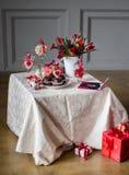 Una tabla adornó al día del ` s de la tarjeta del día de San Valentín con las tortas, las flores y los corazones de chocolate Fotografía de archivo
