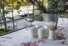 Una tabla con el mantel hermoso en un café del verano foto de archivo