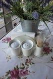Una tabla con el mantel y los platos hermosos imágenes de archivo libres de regalías