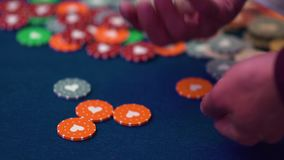 Una tabla con una ruleta en un casino El crupi? da hacia fuera un premio Juego para el dinero La gente hace apuestas en ruleta metrajes