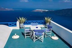 Una tabla con una hermosa vista sobre el mar y el Santorini Fotografía de archivo
