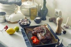 Una tabla cubierta con un ute de lino del mantel, de los cubiertos y de la cocina Foto de archivo libre de regalías