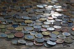 Una tabla cubierta con una variedad de monedas Foto de archivo