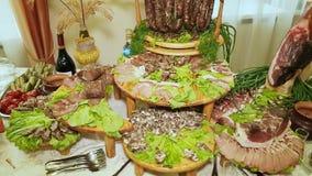 Una tabla de banquete grande de platos de la carne metrajes