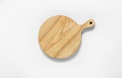 Una tabla de cortar de madera en un fondo blanco Imagen de archivo libre de regalías
