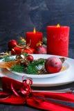 Una tabla de la Navidad se adorna con las velas, los árboles de navidad y las bolas Vista lateral Imagenes de archivo