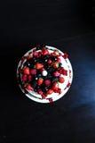 Una tabla de la torta de la fruta Fotografía de archivo