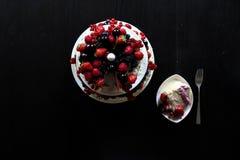 Una tabla de la torta de la fruta Foto de archivo libre de regalías