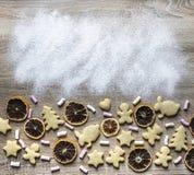 Una tabla de madera se asperja con la harina, y se presentan los panes del jengibre Foto de archivo