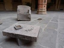 Una tabla de piedra y una silla Fotografía de archivo libre de regalías