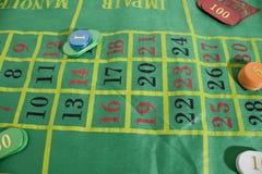 Una tabla del casino con los microprocesadores coloreados del casino fotografía de archivo libre de regalías