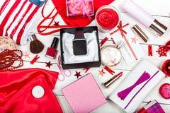 Una tabla del ` s de la mujer con los cosméticos, el reloj y los accesorios imagenes de archivo