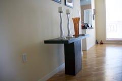 Una tabla elegante con candeleros únicos y un vidrio ardiente Imagen de archivo