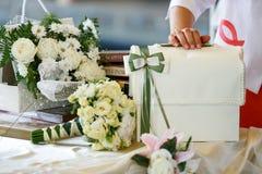 Una tabla para los regalos de boda adornados con los ramos de rosas Foto de archivo