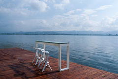Una tabla por el lago foto de archivo libre de regalías