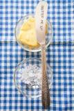 Una tabla puso el tiro de la mantequilla del campo y de la sal gruesa Foto de archivo