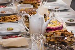 Una tabla romántica y de lujo fijó con mucha comida y d sanas imagen de archivo