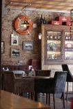 Una tabla y butacas en un pub inglés tradicional imagen de archivo libre de regalías