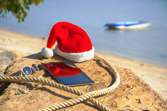 Una tableta con un sombrero de la Navidad fotografía de archivo libre de regalías