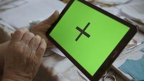 Una tableta en blanco en la orientación del paisaje con las manos de un screenin del verde 4K almacen de video