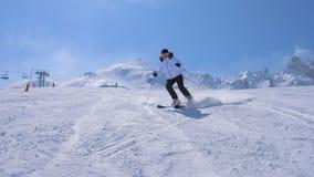 Una talla del esquiador de la mujer va abajo de Ski Slope Of The Mountain fotografía de archivo